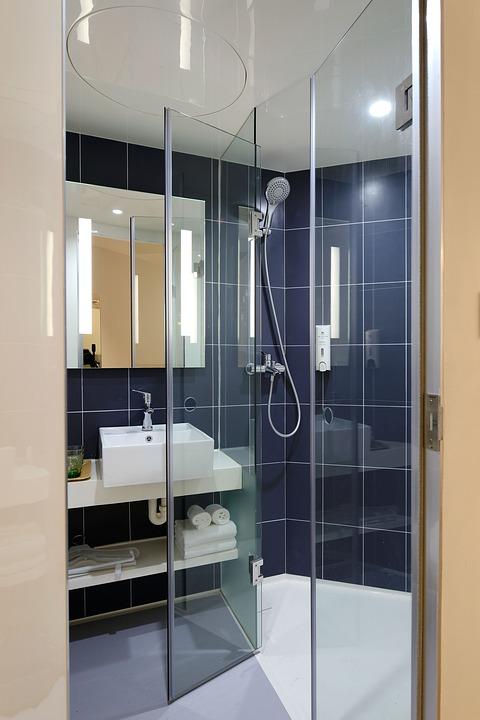 Personnaliser sa salle de bains avec une charnière pare-douche pour porte en verre